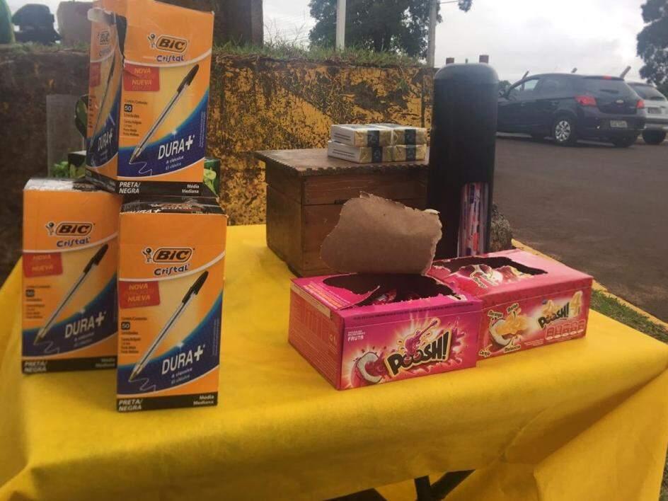 Comerciante aposta nas vendas de chicletes, canetas e até cigarros (Foto: Danielle Valentim)