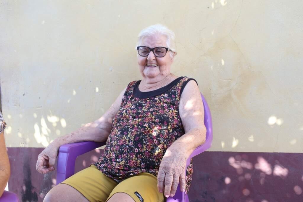 Dona Leonor assistiu a passagem dos fiéis na frente da sua residência. (Foto: Paulo Francis)