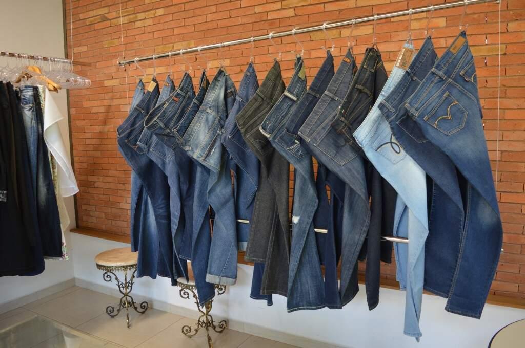 Calças jeans estão a partir de R$ 80,00.