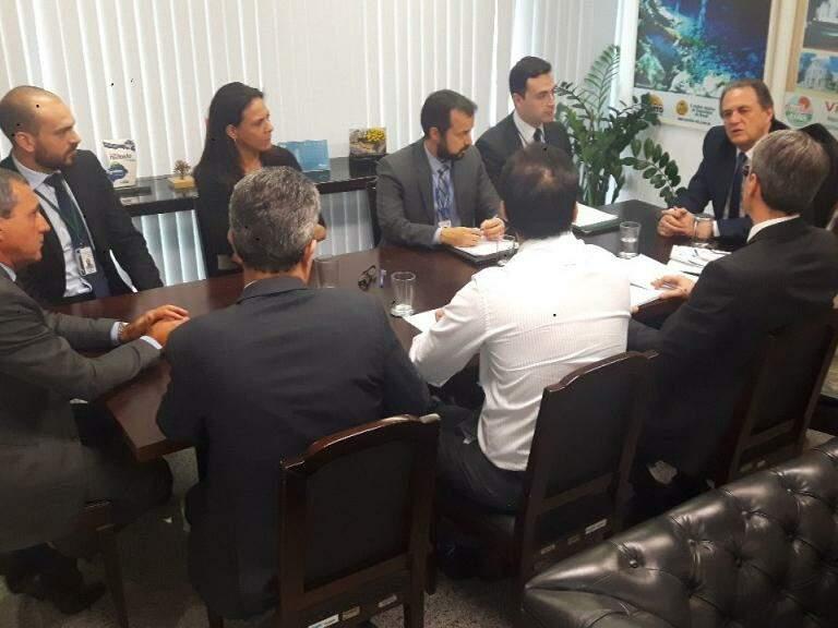 Na cabeceira da mesa, o senador Moka, reunido com equipe técnica do Senado (Foto: Gabinete do senador Moka/Divulgação)