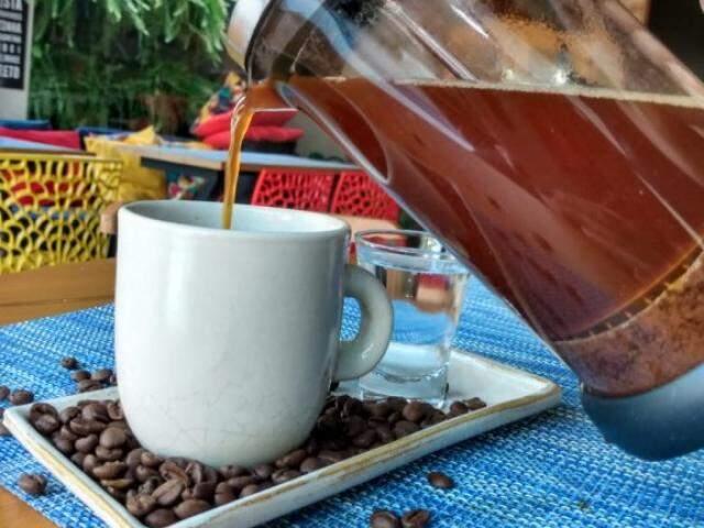 Café para quem curte combinações curiosas, com uísque ou gin.