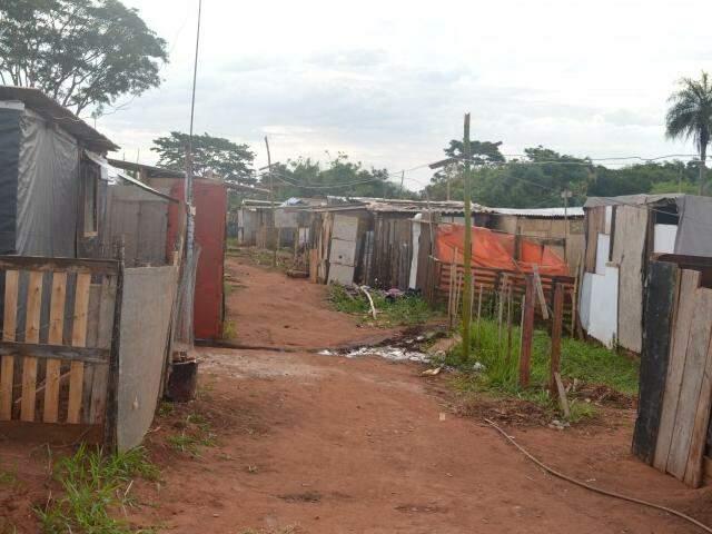 Quem anda entre os barracos da favela se depara com barracos fechados e poucos moradores. (Foto: Adriano Fernandes)