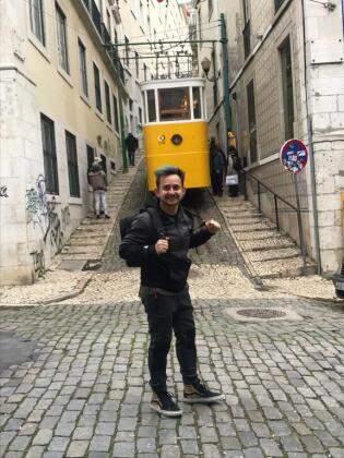 Lá vem o Elétrico 28. Para Robertinho, passear no bondinho por Lisboa também é imperdível (Foto: Bárbara Marques)
