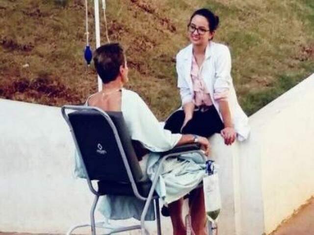 Fernanda levou o paciente para tomar um sol enquanto fazia a sessão de terapia
