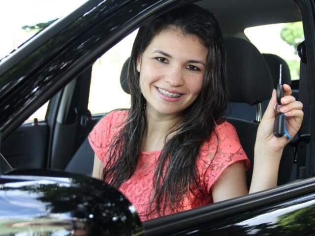 Clarisse com a chave do carro nas mãos: uma conquista que alegrou ela, a família e os amigos. (Foto: Marcos Ermínio)