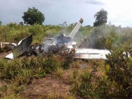 Destroços de avião são recolhidos de local da queda pela Polícia Civil