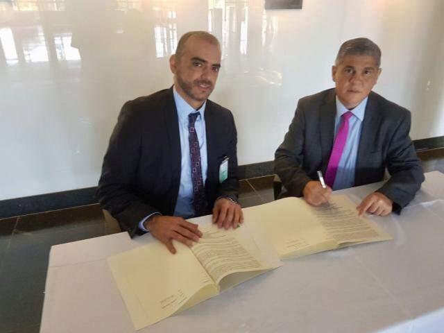 Timorán e Neves assinaram documento autorizando TCE a auditar ações do BID no Estado. (Foto: Divulgação)