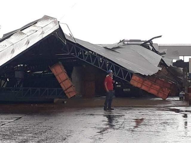 Tombador de carretas desabou em Chapadão do Sul (Foto: Jovem Sul News)