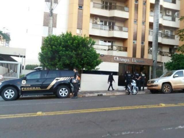 Polícia Federal em frente do prédio de Puccinelli nessa terça (Foto: Viviane Oliveira)