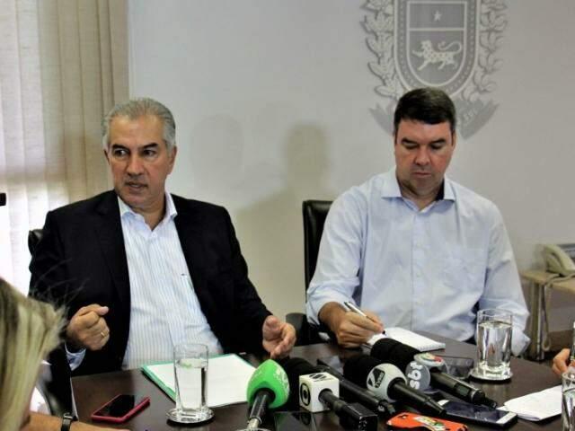 Governador Reinaldo Azambuja (PSDB), ao lado do secretário estadual de Governo, Eduardo Riedel, durante entrevista coletiva (Foto: Chico Ribeiro - Assessoria)