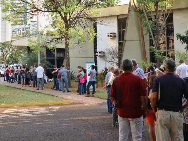 Fila na Central do IPTU, anexa à Prefeitura, na manhã desta terça-feira (10) (Foto: Henrique Kawaminami)