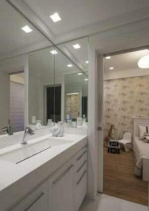 Sharise Gulin Radtke Avila usou o branco na decoração para um casal de irmãos; um diferencial é que a porta do banheiro é de espelho para o lado do dormitório
