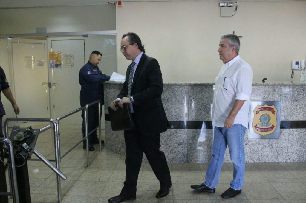 Em 9 de março, João Amorim (de camisa branca) também se entregou na superintendência da PF. (Foto: Marcos Ermínio)