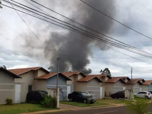 Fumaça exalada após carcaça ser incendiada pode ser vista de diferentes locais; fato piorou o mau cheiro. (Foto: Direto das Ruas)