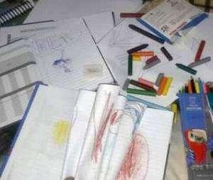 Aluna recebe kit escolar usado, com caderno rabiscado e lápis quebrados