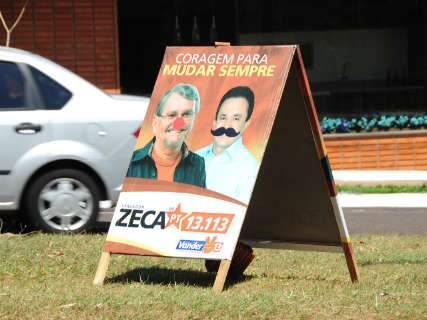 Cavaletes com propaganda política são encontrados com sinais de vandalismo