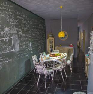 Na cozinha, a memória da parede é mais recente. (Foto: Fernando Antunes)