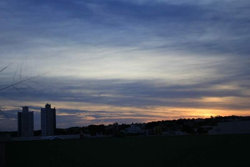 Em Campo Grande, mínima de 17ºC ao amanhecer. O sol aparece entre nuvens e o clima esquenta à tarde, sendo que a máxima atinge 30ºC. (Foto: Marina Pacheco)