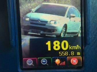 Duas pessoas foram flagradas dirigindo em alta velocidade. (Foto: divulgação/PRF)