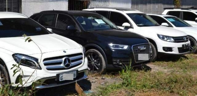 Carros de luxo apreendidos com integrantes de quadrilha durante a operação desta segunda-feira (Foto: Divulgação/PF)