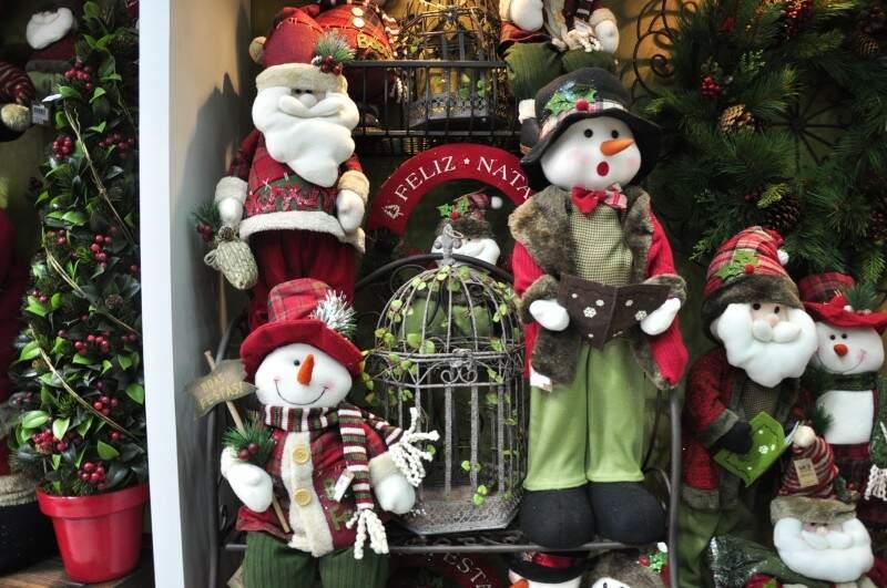 De bolas a bonecos de neve, vitrines de lojas já estampam enfeites de Natal (Foto: João Garrigó)