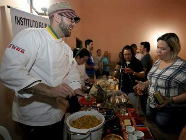 No primeiro Mercado, chef Paulo Machado serviu feijão tropeiro, dessa vez o prato é sopa paraguaia. (Foto: Arquivo/Marcelo Victor)