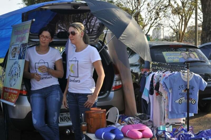 Aleyde e Daniela tiveram a ideia de abrir o porta-malas e vender no estacionamento do Yotedy (Foto: Alcides Neto)