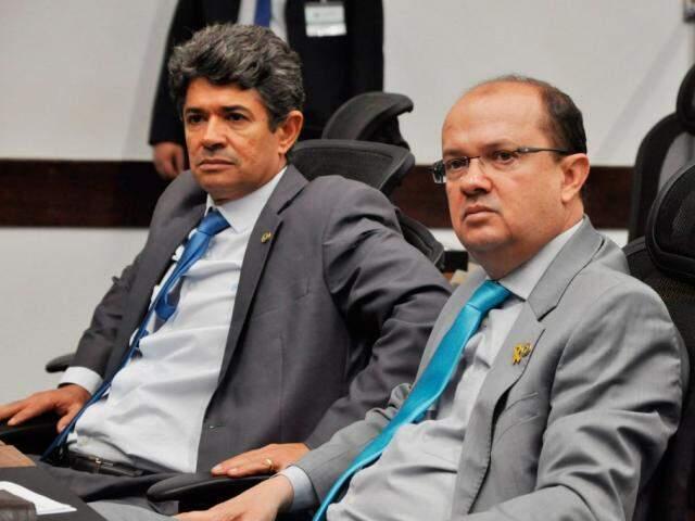 Deputados Rinaldo Modesto (PSDB) e José Carlos Barbosa (DEM), autor do projeto, durante sessão (Foto: Victor Chileno/ALMS)