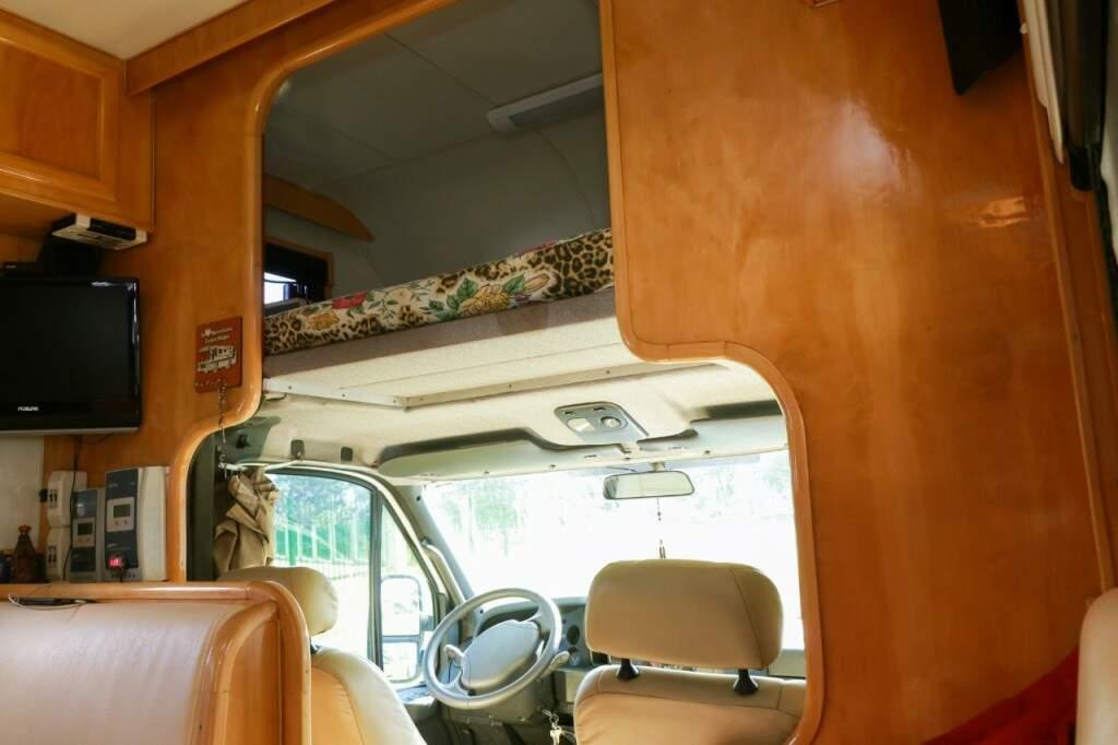 Espaçoso, o motorhome tem até quarto de hóspedes acima da cabine de motorista (Foto: Henrique Kawananwmi)
