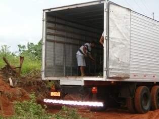 No Nova Lima, lixo é retirado de caminhão. (Foto: Alécio Lezo)
