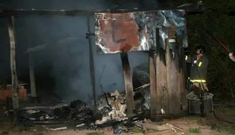 Casa de suspeito de estupro é destruída por incêndio em Coxim
