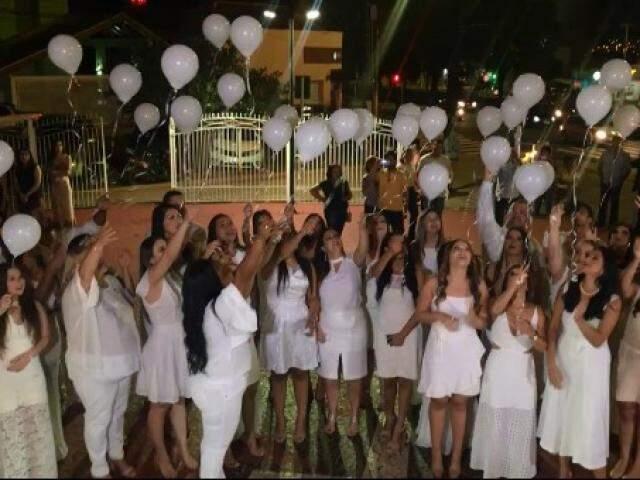 Amigos soltaram balões brancos em homenagem à Aylanna. (Foto: Reprodução/Vídeo)