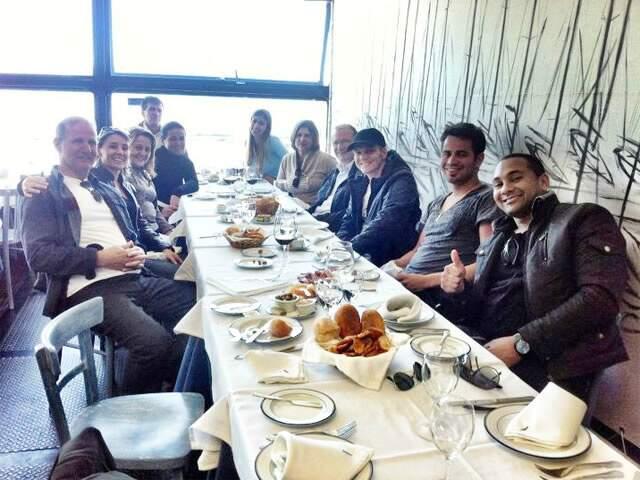 Michel (de boné), familiares e equipe comem o prato típico lusitano. (Foto: Facebook)