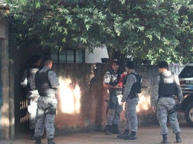 Policiais militares em residência alvo de operação (Fotos: Jornal da Nova)