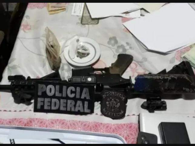 Arma apreendida em um dos locais onde PF fez buscas (Foto: PF/Divulgação)