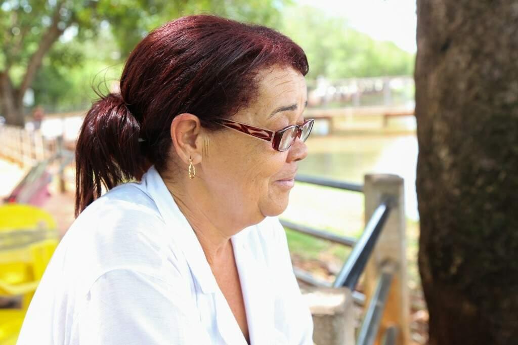 A vendedora Maria Donizete tira um tempinho para observar o lago (Foto: Paulo Francis)
