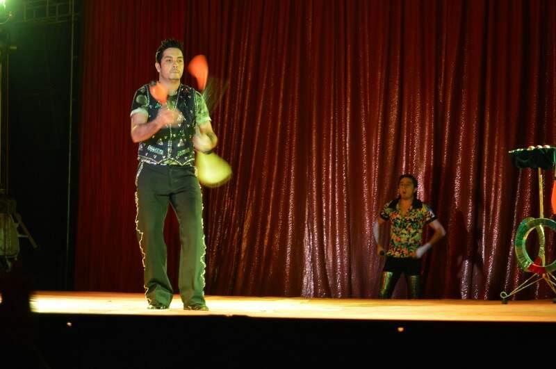 Malabarista abre o show do Circo Medrano (Foto: Naiane Mesquita)