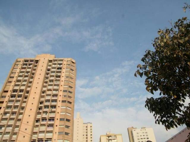 Céu com nuvens na manhã deste domingo (13), em Campo Grande. (Foto: João Paulo Gonlaçves)