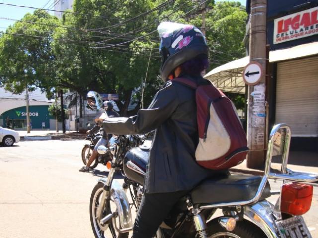 Motociclista agasalhado em Campo Grande neste domingo, que amanheceu frio; temperaturas devem cair na quinta-feira (27) (Foto: André Bittar)