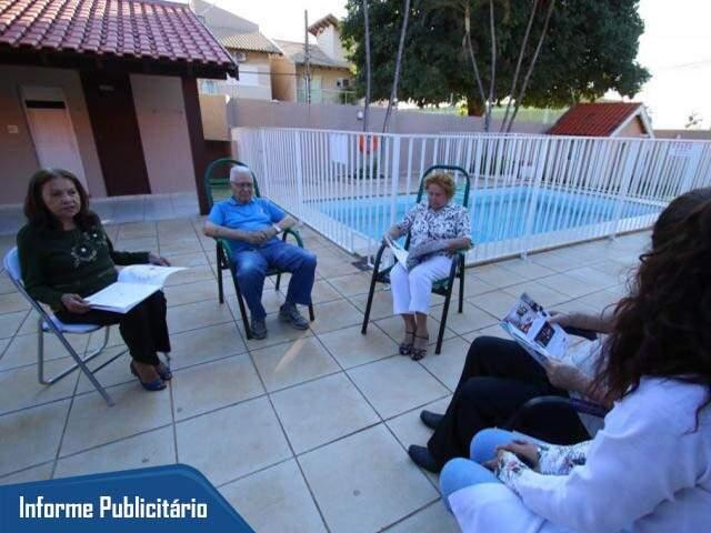 Em ambiente familiar, idosos recebem toda assistência que proporciona qualidade de vida. (Foto: André Bittar)