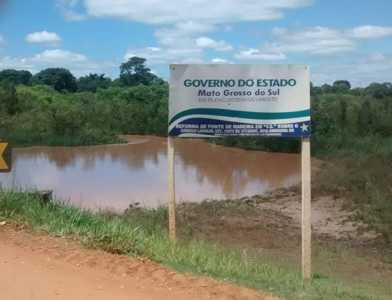 Água barrenta do Córrego Laranjal teria sido provocada pela enxurrada vinda da fazenda de usina (Foto: Divulgação)