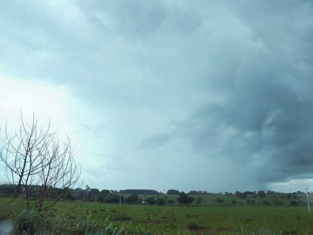 Céu nublado de Campo Grande neste sábado (5) (Foto: Henrique Kawaminami)