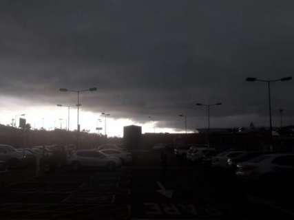 Céu escurece, volta a chover e temperatura despenca