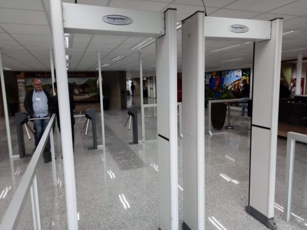 Detectores de metais na porta da Assembleia Legislativa (Foto: Leonardo Rocha)