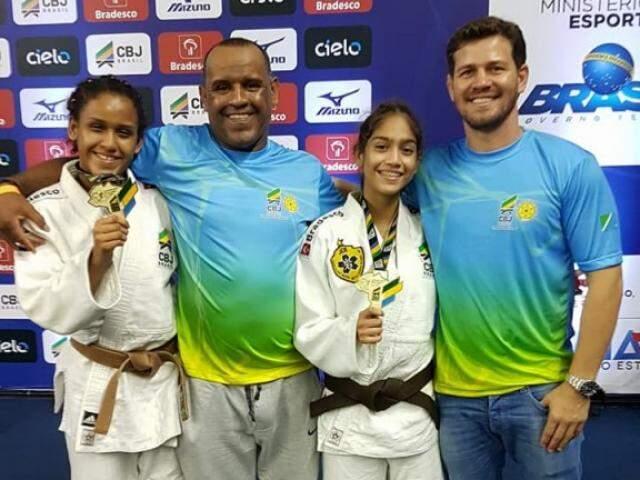 Aléxia Vitória e Letícia Menino com seus treinadores, Alessandro Nascimento e Igor Rocha, respectivamente (Foto: Arquivo pessoal)
