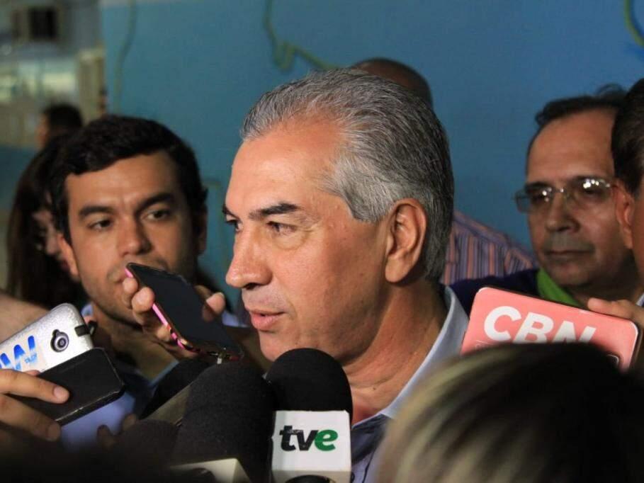 Governador Reinaldo Azambuja (PSDB) durante entrevista à imprensa após evento. (Foto: Marina Pacehco/Arquivo).