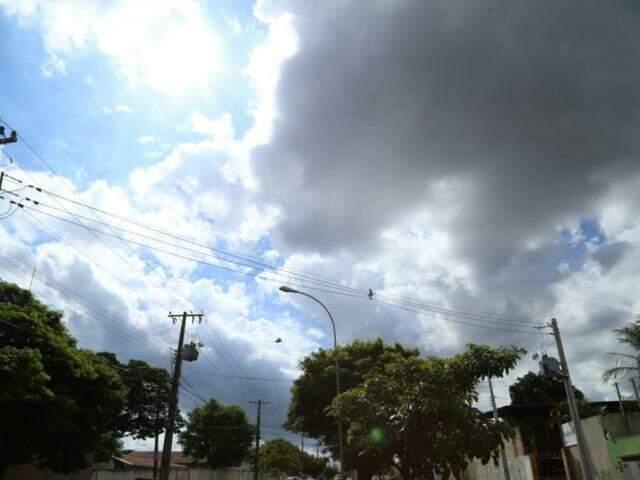 Nuvens carregadas anunciam chuva para as próximas horas na Capital (Foto: Kísie Ainoã)