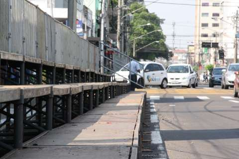 Estrutura para desfile é montada e ruas serão interditadas às 6h