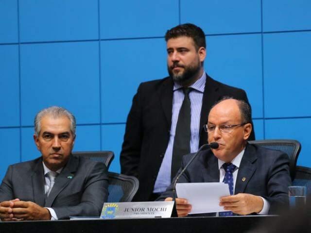 Presidente da Assembleia Legislativa de MS, Junior Mochi (MDB), em discurso (à direita), ao lado do governador. (Foto: André Bittar).