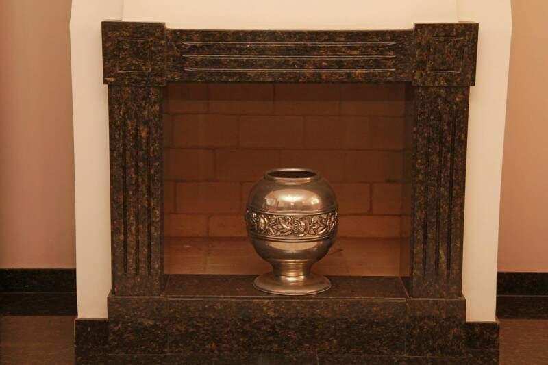 Decorativa, lareira nunca foi usada, por conta do calor. (Foto: Marcos Ermínio)